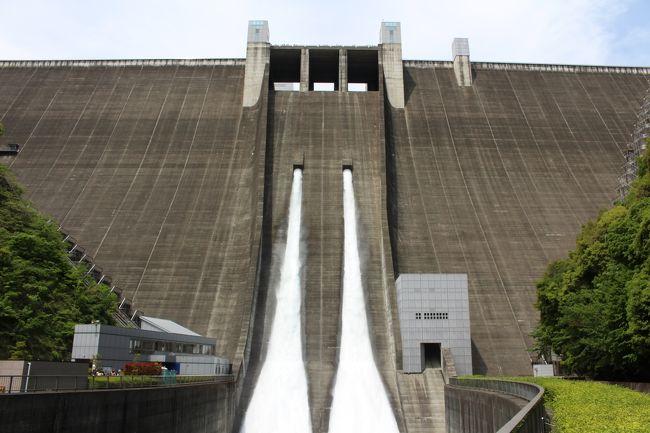 宮ヶ瀬ダム(宮ヶ瀬湖)は近年竣工したダムだけあり、開放化が進み観光地化されています。<br />また冬季以外は定期的に観光放流を実施しています<br /><br />昨年チャレンジした「道の駅スタンプラリー2016」の際、初めて訪問し、とても素敵な場所だったので、常々再訪したいと思っていました。<br />そんな中、5月3日に宮ヶ瀬ダムの観光放流日と私と家内の休みが重なったので、再訪する事としました。<br /><br />2017年のGWは5月3日が後半戦の初日で高速道路はどこも早朝から大渋滞、でも宮ヶ瀬湖は我が家からなら一般道で訪問できるので助かります。<br /><br />宮ヶ瀬湖は大きく分けて<br />・ダムサイト地区<br />・宮ヶ瀬湖畔地区<br />・鳥居原地区<br />と大きく3エリアに分かれています<br />今回は午前中にダムサイトエリア、午後から宮ヶ瀬地区を散策しました<br /><br />そして、とうとう禁断の?「ダムカード」を入手しました<br />前回の道の駅スタンプラリー同様「ダムカード収集」に手を出していくのか・・・要検討です(笑)<br /><br />また偶然にも帰りがけに相模川を渡る「泳げ鯉のぼり相模川」の鯉のぼりを見る事が出来ました<br /><br />今回も自分なりには厳選したのですが、写真を絞り切れなかったので前編・後編に分けてお届けします<br /><br />前編は、あいかわ公園~宮ヶ瀬ダムサイト~観光放流~石小屋ダム 迄です<br /><br />※つたない文章&写真ではありますが、是非最後までお付き合いください