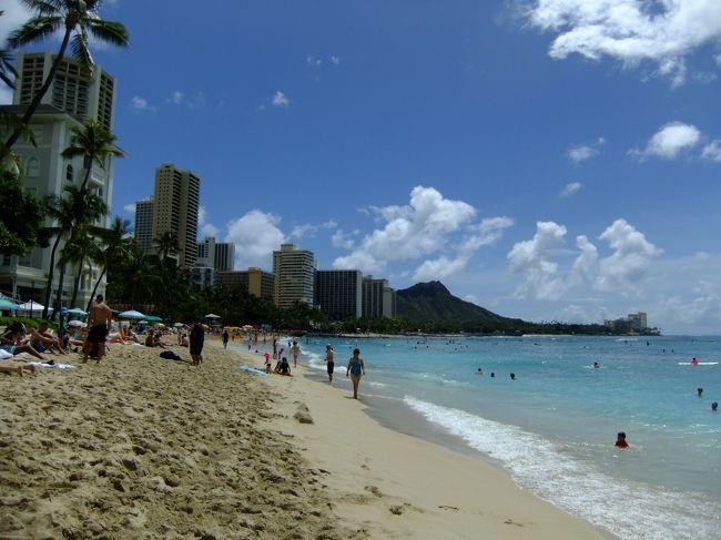 チャペル&新婚旅行以来の2度目のハワイは、1歳半と5歳半の女児2人を連れての計画的な4泊6日のプラン。<br />ホテルは、憧れの白亜のモアナサーフライダー<br />長女はビーチで大はしゃぎ(虹も見れた)<br />次女はビーチで砂いじり(海は怖い)<br />夫婦はグルメで大満足<br />なんとノースショアのアリビーチで奇跡的に野生のウミガメに遭遇!<br />いけなかったカイルア、アラモアナは残念だったが、またいつかリベンジするということで。<br />また行きたいなハワイへ