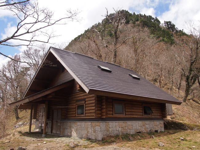 2017年のGWに吉野から前鬼まで大峰山脈、奥駈道を歩いた山行記録になります。厳密には旅行記ではないでしょうがご容赦ください。こちらは第三日目になります。まとめるのに時間がかかりましたが、何とかまとまりましたのでアップします。<br /><br />旅程<br /><br />□5月3日 始発の新幹線で名古屋から京都まで移動。京都から樫原神宮乗り換えで大和上市駅下車(本当は六田下車予定でしたが乗り過ごしました。詳細後述)この日は75靡の柳の宿から71靡の金峯神社まで歩き、上千本まで戻り民宿太鼓判に宿泊。<br />□5月4日 この日から本格的な山歩き。朝4:00に出発。15:30頃山上ケ岳の宿坊の一つ龍泉寺の宿坊に投宿。<br /><br />■5月5日 5:15発 16:30頃弥山、弥山小屋投宿<br /><br />□5月6日 6:15発 17:00前鬼、宿坊の御仲坊投宿<br /><br />□5月7日 6:30頃、午前中前鬼三重滝、前鬼にてお弁当を頂き林道を下山。15:22分前鬼口発のバスにて大和上市駅まで。そこから近鉄電車で樫原神宮乗換で京都まで。京都から名古屋まで新幹線で移動。帰宅が21:00頃になりました<br /><br />奥駈道は世界遺産としては熊野古道と同じような扱いをされてますが、こちらは昔の一般道と違い修行の道で、現在でも熊野古道はハイキング程度の装備で歩けますがこちらは本格的なトレッキングの装備が必要となります。<br /><br />靡の場所は各時代、各宗派によっていろいろあるようですが、今回は参考にさせていただいた「大峯奥駈道75靡」森沢義信氏著という本を参考にさせていただきました(以下本と記載)。なおコースタイムは昭文社の山と高原地図51大峰山脈2017年度を参考にしています。<br /><br />三日目は早朝5:00から宿坊で朝食を頂いてから出発。12時頃行者還岳を通過。16:30頃この日の宿泊場所の弥山小屋に到着しました。