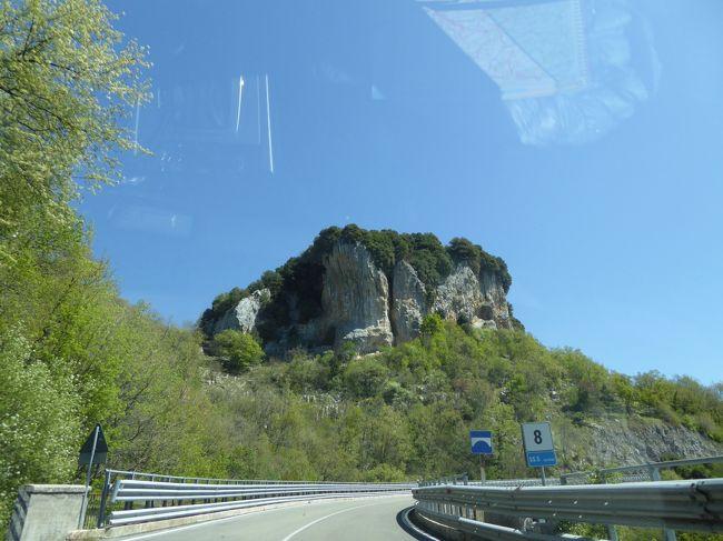 4月22日-5月5日の12泊14日、中部イタリアへ行きました♪<br />ラツィオ州・アブルッツォ州・モリーゼ州・カンパニア州を周遊。<br />観光・グルメ・温泉をたっぷりと楽しんできました♪<br /><br />☆Vol14:第2日目(4月23日)コッラルト・サビーノ→ターリアコッツォ♪<br />コッラルト・サビーノを観光したら専用車ベンツでターリアコッツォへ。<br />ラツィオ州からアブルッツォ州に入る。<br />ついに憧れのアブルッツォ州♪<br />美しい山岳と村の秘境。<br />これから10日間、じっくりとアブルッツォ州を巡る。<br />ターリアコッツォへ向かう道は美しい。<br />周囲の山岳と小さな村があちこちと。<br />しかも雲ひとつない晴天に恵まれ、<br />素晴らしい風景。<br />40分ほどでターリアコッツォに到着♪