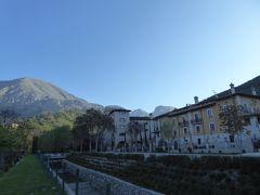 春の優雅なアブルッツォ州/モリーゼ州 古城と美しき村巡りの旅♪ Vol37(第3日) ☆Celano:チェラーノ高級ホテル「Hotel Le Gole」朝の庭園から美しい古城風景を眺めて♪