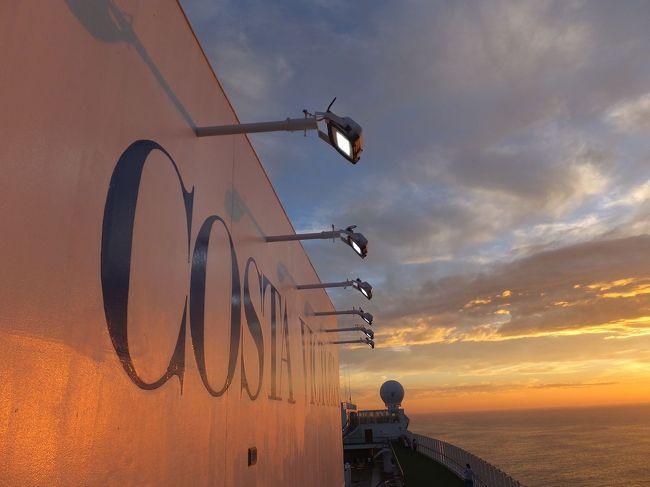 コスタクルーズがこの年から始めた金沢発着の日本海クルーズ。<br />8月の後半以降だと5泊6日で7万円を切るので、会社には4月に夏休みのまとめ取りを申請。旅行会社に申し込みました。<br />5泊6日のクルーズもここ金沢帰港で終了。下船時はちょっぴりさみしさも。<br />下船時は蒸し暑い曇り空。ときどき激しい雨。でも今日は金沢のお土産買って帰るだけ。<br />帰路も高速バス。でも昼間の高速バスはシートは豪華でも本当にヒマ。<br />やはり旅行は電車がいいなあ、と思うのでした。<br /><br />あ、今回のコスタの日本海クルーズについての感想です。<br />・やや短めの日程はおおいそがし、という印象。でも初心者にはぴったり。<br />・「イタリア船だから」の一言で自分を納得させる寛容さが大事。<br />・明るく賑やか。でもそれが全部ではなく静かなスペースと時間の方が圧倒的に多いです。<br />・私の中でのこの船のイメージソングは「ガンダムスター」。正確には韓国の「カンナムスタイル」という曲でした。<br />・航海中の船上イベントがちょっと少ない印象。<br />・やはりお客さんは普通の日本人が主です。外国人は少なめです。なので気後れする場面はほとんどなかったです。<br />・コスタでも別の船なら乗ってみたいかも。2017年は落ち着いた環境の船に交代して1年中日本発着で運行のようです。<br />といった感じです。<br />