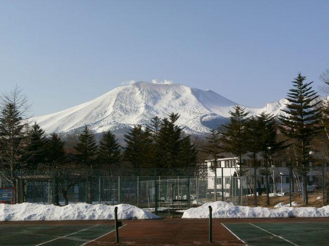北軽井沢の温泉と春の浅間山の景色を探訪するために一泊旅行をしました。<br />新幹線で軽井沢駅に到着後、宿泊予定のグリーンプラザホテルの送迎バスでホテルに向かい、景色を楽しみました。<br />バスの車窓から見る、冠雪の浅間山、白根山、等々、連山を見ることができました。
