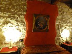春の優雅なアブルッツォ州/モリーゼ州 古城と美しき村巡りの旅♪ Vol67(第3日) ☆Castel del Monte:素敵なホテル「La Locanda Della Streghe」のスイートルームは夜の雰囲気がいい♪
