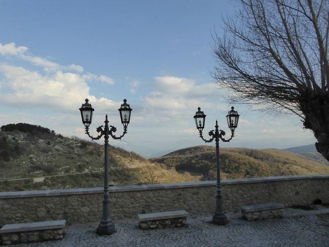 春の優雅なアブルッツォ州/モリーゼ州 古城と美しき村巡りの旅♪ Vol65(第3日) ☆Castel del Monte:美しき村「カステル・デル・モンテ」黄昏の旧市街♪展望台から暮れゆく風景♪