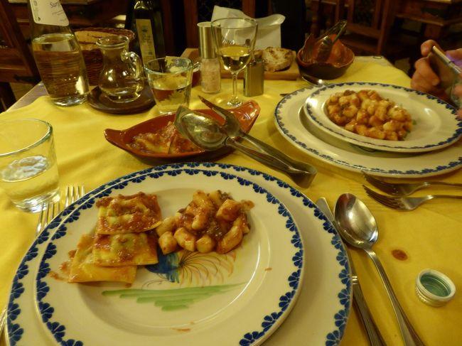 4月22日-5月5日の12泊14日、中部イタリアへ行きました♪<br />ラツィオ州・アブルッツォ州・モリーゼ州・カンパニア州を周遊。<br />観光・グルメ・温泉をたっぷりと楽しんできました♪<br /><br />☆Vol66:第3日目(4月24日)カステル・デル・モンテ♪<br />カステル・デル・モンテは標高1350メートルに達する山岳の村。<br />また、イタリア美しき村に選ばれている。<br />黄昏の旧市街を歩いたら、<br />ホテル「La Locanda Della Streghe」に帰る。<br />ディナーはホテルのレストラン♪<br />とっても雰囲気の良いレストランは素敵。<br />山岳の雰囲気がいっぱいで、<br />アブルッツォ州にいることを実感させてくれる。<br />おススメのをお願いする。<br /><br />@羊のサラミ<br />@羊肉入りのラビオリ<br />@猪肉のラグーのニョッキ<br />@マッシュルームとブッターラチーズのグラタン風焼き<br />@エスプレッソ<br /><br />この地方の特産および郷土料理だそうで、<br />クセがなく、とっても美味しい。<br />赤ワインとともにゆったりと頂けた♪<br />ごちそうさまでした♪