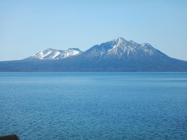 GW時期の北海道は初めてです。<br />桜にはまだ早い雪の残る北海道をドライブ&温泉旅。<br />洞爺湖と支笏湖、二つの湖を巡る3日間です。<br /><br />日程<br />4月30日(日):羽田空港ー新千歳空港ー登別温泉(入浴)-ウィンザーホテル洞爺(泊)<br />5月1日(月):-ルスツ温泉(入浴)-支笏湖ー丸駒温泉旅館(泊)<br />5月2日(火):-鶴の湯温泉(入浴)-新千歳空港ー羽田空港<br /><br />2日目はのんびりドライブしながら支笏湖に向かいます。<br />丸駒温泉は支笏湖畔の秘湯宿。湖面の高さに応じて湯量が変わる<br />天然露天風呂や支笏湖一望の露天風呂を楽しみました。<br /><br />