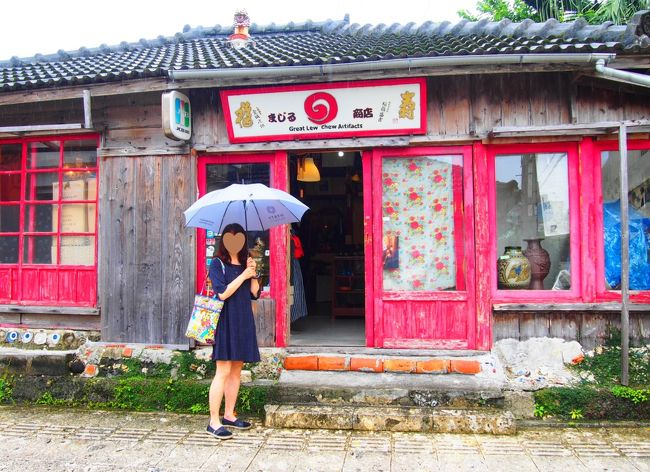 やってきました~ヽ(^。^)ノ沖縄姉妹旅♪<br />妹が家を空けられるのが、どうしてもこの時期しかなく今回も梅雨の沖縄です。<br />去年たまたま梅雨の晴れ間で、晴天の沖縄を満喫出来たので、今回も梅雨の時期と<br />言っても、早々雨ばかり降り続かないだろう!と高を括っておりました(^_^;)<br />ところがところが、今回は雨と曇りで綺麗な海を見る事が出来ませんでした<br />ので、沖縄らしい旅行記ではありません・・・・(;へ:)<br />食べ歩き&ホテルホッピングの旅行記みたくなってしまった気がします。<br />ガッカリされずに最後までお付き合いお願いします♪