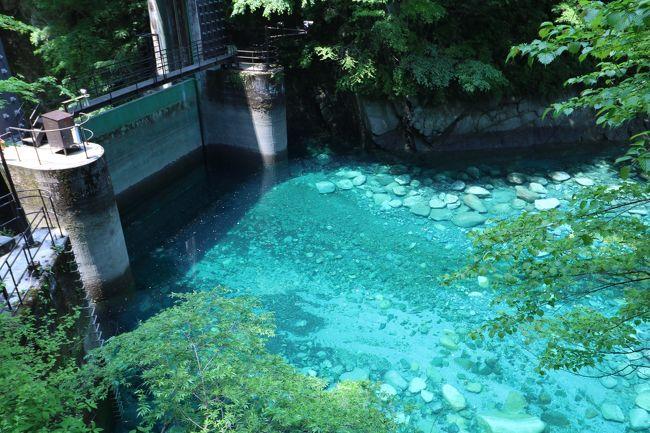 まるで海外の秘境に来たかのような水場がそこには存在する。<br />そんなに山深いわけでもなく、都心からも気軽に行けてしまうような場所に。<br />そう!そこは西丹沢の秘境「ユーシン渓谷」である。極めて透明度の高いブルーの水。その名は「ユーシンブルー」<br />ここ数年、SNSなどで有名になり賑わっている。<br />皆さん、この旅行記を見て衝撃を受けてください!!<br /><br />前置きはこれぐらいにして、毎年恒例になった中学の同級生と恩師との山行。昨年秋は双子山登山をしました。<br />▼「ブララブコー 富士山御殿場口~双子山トレッキング編」の旅行記はこちらから。<br />http://4travel.jp/travelogue/11180413<br /><br />実はユーシン渓谷を知ったのは去年のこと。今年の山行は絶対にユーシンへ行きたい!という願いが叶ったのです(*゚▽゚ノノ゙☆<br />