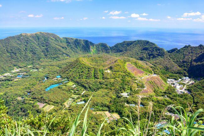 今回はずっと前から狙っていた伊豆諸島最南端の青ヶ島と八丈島に2泊3日で一人旅してきました。<br /><br />前半は憧れの青ヶ島!<br /><br />青ヶ島と言えば、『選ばれし者だけが上陸できる島』や『国内到達難易度MAX』、『絶海の孤島』、『東京の秘境』、『日本最後の秘境』などなど、秘境好きにはよだれモノなキャッチコピーがたくさんの秘島。<br /><br />今回無事上陸する事ができ、まったり2泊3日を過ごしてきました。<br /><br />東京とは思えない特別な島でした。<br /><br /><br /><br />【日程】<br />5/20(土) 7:30羽田⇒8:25八丈島 (飛行機)<br />     9:30八丈島・底土港→12:30青ヶ島・三宝港 (フェリー)<br /><br />5/21(日) 青ヶ島観光<br /><br />5/22(月) 9:45青ヶ島ヘリポート→10:05八丈島空港 (ヘリコプター)<br />     八丈島観光<br />     17:15八丈島⇒18:10羽田 (飛行機)<br /><br />【交通】<br />●飛行機<br />羽田⇔八丈島:ANA UAマイルで購入(往復10,000マイル)<br />●タクシー<br />八丈島空港→底土港 1,240円<br />●フェリー<br />八丈島→青ヶ島:あおがしま丸 2,590円<br />●ヘリコプター<br />青ヶ島→八丈島:東京愛ランドシャトル 11,530円+荷物超過1,610円<br />●レンタカー<br />青ヶ島:青ヶ島レンタカー 1.5日利用 7,200円(ガソリン代込)<br />八丈島:モービルレンタカー 6時間利用2500円+免責保証1,000円<br /><br />【宿】<br />青ヶ島:ビジネス宿中里 1泊3食付き10,500円×2泊<br /><br /><br />ちなみに過去の4トラ離島旅行記は<br />愛知・佐久島<br />http://4travel.jp/travelogue/11224215<br />宮古島・来間島・池間島・伊良部島・下地島<br />http://4travel.jp/travelogue/11146910<br />奄美大島<br />http://4travel.jp/travelogue/11124377<br />千葉・仁右衛門島<br />http://4travel.jp/travelogue/11087897<br />瀬戸内・豊島<br />http://4travel.jp/travelogue/11060007<br />瀬戸内・直島<br />http://4travel.jp/travelogue/11059653<br />佐渡島<br />http://4travel.jp/travelogue/11025901<br />山口・角島<br />http://4travel.jp/travelogue/11017460<br />佐賀・加部島<br />http://4travel.jp/travelogue/10983117<br />奄美・与論島<br />http://4travel.jp/travelogue/10934947<br />屋久島<br />http://4travel.jp/travelogue/10907474<br />八重山・竹富島<br />http://4travel.jp/travelogue/10788259<br />八重山・波照間島<br />http://4travel.jp/travelogue/10787950<br />八重山・小浜島<br />http://4travel.jp/travelogue/10787943<br />小笠原・母島<br />http://4travel.jp/travelogue/10787439<br />小笠原・父島<br />http://4travel.jp/travelogue/10787137<br />与那国島<br />http://4travel.jp/travelogue/10770801<br />八重山・黒島<br />http://4travel.jp/travelogue/10770517