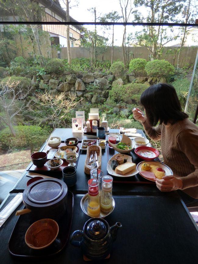 ダイヤモンド鎌倉別邸ソサエティーでは朝七時十分から、1階の日本料理 あじさいで、和洋食のお膳出しの朝食が頂けます。<br /><br />朝食にはお漬物バイキングもあって、コスパが高い、満足の朝食が楽しめます。<br />