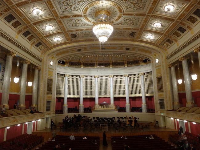 ウィーンで音楽を聴いてきました。<br /><br />ウィーンフィルの「我が祖国」、フォルクスオパーのバレエ「火の鳥」「ペトルーシュカ」、オペレッタ「こうもり」、ウィーン交響楽団のベートーベン交響曲6番、8番、ペーター教会で弦楽4重奏、市立公園クーアサロンでウィンナーワルツ等を聴きました。<br /><br />ウィーン交響楽団を聴きに行ったとき、楽友協会のチケット売り場で「佐渡裕」のコンサートを知り、これも聴いてきました。2日前でしたが、B席が取れました。佐渡裕:難しい曲ですが素晴らしい演奏でした!頑張ってみえます。<br />