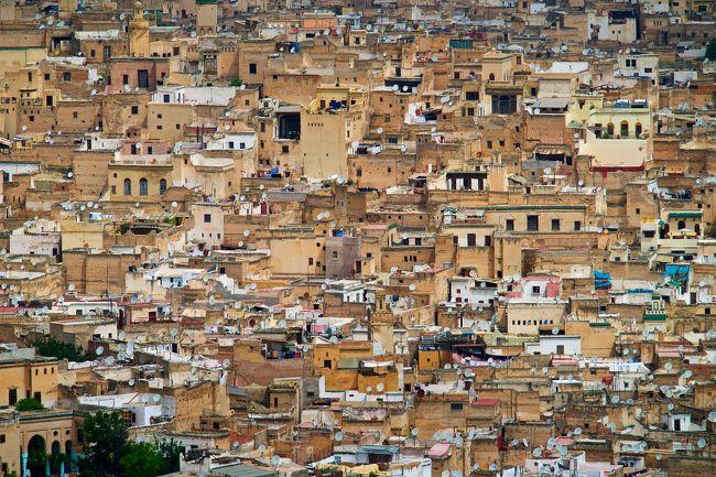 19日間に渡ってモロッコを旅して来ました。<br /><br />モロッコは二十年ほど前に一度訪れたことがあったのですが、フェズのメディナの雑然とした雰囲気が忘れられず、是非もう一度行ってみたいと思っていました。<br /><br />前回はカサブランカ、ラバト、フェズ、マラケシュをツアーで回りましたが、今回はマラケシュ、アイト・ベン・ハッドゥ、メルズーガ砂丘、フェズ、メクネス、シャウエンを一部現地発着ツアーを利用して一人でまわって来ました。<br /><br />5月 6日(土)羽田発、シャルルドゴール空港着、現地泊<br />5月 7日(日)オルリー空港発、マラケシュ着<br />5月 8日(月)マラケシュ市内散策<br />5月 9日(火)ツアー:アイト・ベン・ハッドゥへ移動<br />5月10日(水)ツアー:メルズーガ砂丘へ移動<br />5月11日(木)ツアー:フェズへ移動<br />5月12日(金)フェズ市内散策<br />5月13日(土)フェズ市内散策<br />5月14日(日)フェズ市内散策<br />5月15日(月)メクネス市内散策<br />5月16日(火)フェズ市内散策<br />5月17日(水)シャウエンへ移動<br />5月18日(木)シャウエン市内散策<br />5月19日(金)フェズへ移動<br />5月20日(土)フェズ市内散策<br />5月21日(日)フェズ市内散策<br />5月22日(月)フェズ市内散策<br />5月23日(火)フェズ発、パリ経由で帰国<br />5月24日(水)羽田着