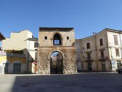 春の優雅なアブルッツォ州/モリーゼ州 古城と美しき村巡りの旅♪ Vol232(第9日) ☆Sulmona:朝の美しいスルモーナ旧市街♪城門「Porta Napoli」や水道橋を眺めて♪