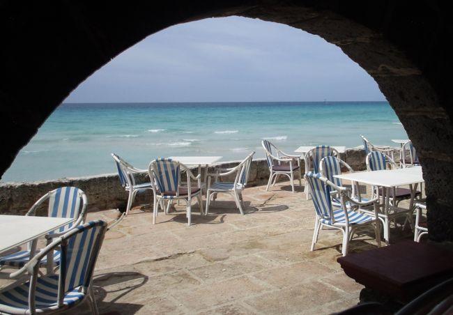 写真はカリブ海の真珠と言われている「キューバ」のバラデロにある旧アル・カポネの別荘からのスナップ写真です。<br />厳密にいえば見えている海はカリブ海ではなくて大西洋です。<br /><br />キューバは、フロリダから南へ約145kmにある東西に延びる細長い島で、全長は約1250km、最大幅も約190kmあり、面積は日本の本州の半分に当たる約11万1000平米、本島のほか1600余りの島や岩礁からなる、カリブ海最大の島国です。<br />1950年代のクラシックカー、スペイン・コロニアル時代そのままの町並み、チェ・ゲバラのペイントなどが他の島々にはない独特な空気を醸し出し、不思議な力で旅人を魅了しています。<br /><br />キューバは「アメリカ合衆国の裏庭」、「カリブに浮かぶ赤い島」とも呼ばれています。<br />2014年にアメリカとキューバの国交正常化交渉がスタートし、2015年に54年ぶりの国交正常化が実現、2016年3月20日にオバマ米大統領が88年ぶりの大統領としてキューバを訪問しました。<br />日玖関係は、1929年から外交関係が開設され、戦争中は一時中断していましたが1952年に外交関係は再開されており、ほぼ友好的です。<br /><br />という世界情勢の変化から、キューバ訪問を実行しました。<br /><br />今回、参加したのはキューバの見所を押さえた決定版のツアーと謳っている<br />「カリブ海の真珠 キューバ 8日間」<br />ツアー説明会がキューバ大使館内で催されたので行ってきました。<br />春でしたがキューバ大使館内部はクーラーがガンガン効いていました。<br /><br />ツアーでは世界遺産をしっかり観光ということで3カ所見て回りました。<br />①ハバナの旧市街と要塞:文化遺産1982年登録<br />②トリニダードとロス・インヘニオス盆地:文化遺産1988年登録<br />③シエンフエゴスの歴史地区:文化遺産2005年登録<br /><br />キューバ国内には、ユネスコの世界遺産リストに登録された文化遺産が6件、自然遺産が2件存在し、上記以外に下記の5件があります。<br />④サンティアーゴ・デ・クーバのサン・ペドロ・デ・ラ・ロカ城 :文化遺産<br />⑤ビニャーレス渓谷 :文化遺産<br />⑥キューバ南東部のコーヒー農園発祥地の景観:文化遺産<br />⑦アレハンドロ・デ・フンボルト国立公園:自然遺産<br />⑧グランマ号上陸記念国立公園:自然遺産<br /><br />《ツアーのポイント》<br />チェ・ゲバラゆかりの【サンタクララ】観光<br />ヘミングウェイゆかりの【コヒマル】観光<br />カリブ海屈指のリゾート地・バラデロでは、オールインクルーシブのホテルにてのんびり滞在<br />キューバ人の生活が垣間見える家庭訪問 (ツアー会社の社長宅)<br />憧れのアメ車『クラシックカー』乗車体験 <br />ココナッツ形の可愛いタクシー『ココタクシー』の乗車体験 <br />地元で人気の国営のアイスクリーム店にて名物のコッペリアアイス試食 <br />キューバ名物のラム酒カクテル1杯づつ(フローズンダイリキ、モヒート、カンチャンチャラ、キューバリブレ、ドン・グレゴリオなど)<br />キューバ音楽を聴きながらの食事<br />カナダ入国のETA(電子渡航認証システム)無料代行作成 <br />キューバ入国に必要なツーリストカード無料代行作成 <br />キューバ入国の際、キューバ政府が承認する保険会社取扱いの海外旅行傷害保険の加入がキューバ政府により義務付けられている。<br /><br />キューバの通貨は、国民用と外国人用の2種類あり、国民用は、ペソ・クバーノ、外国人用は、兌換ペソ:CUC<br />キューバ・ペソ「人民ペソ」CUP、補助通貨はセンターボ(1ペソ=100センターボ) 価値はクックの25分の1<br />外貨兌換券である「兌換ペソ」1兌換ペソ=25ペソ。1兌換ペソ=1.08米ドル(公定レート)CUC=クック、米ドルとほぼ同等の価値<br /><br />キューバ人の平均月収は2000~3000円だそうですが、無料の医療、教育、住宅や食料の配給(月の内十日分位の量)があるので、そこそこ幸せに暮らしているそうです。<br /><br />長らく最高指導者であったフィデル・カストロが親日家であることに加え、日本人もキューバに対してはエキゾチックな好感を抱いており、音楽や野球などのスポーツを通じた民間交流も盛んです。<br /><br />キューバを初めて訪れた日本人:ヨーロッパとの貿易を求めていた伊達政宗藩主の命を受け、遣欧使節と