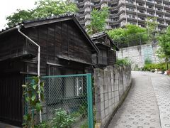 六本木・麻布の「すり鉢地形」に残る昭和の木造住宅と煙突屋根(東京)