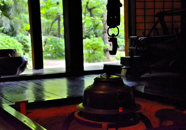 前編では鶴翔閣から天授院までを急ぎ足で紹介いたしました。レポ内容から、京都 桂離宮と神戸 相楽園、京都 渉成園を足して3で割ったようなスポットとイメージされたかもしれません。しかし三渓園の真骨頂はそれだけではありません。<br />具体的に言えば、関東最古の三重塔や最大級の合掌造の古民家などが外苑に配置されています。三重塔は原三渓が幼少期にいつも見上げていた故郷の日吉神社 三重塔を懐かしみ、横浜の地にその景観を再現しようと廃寺となった燈明寺から買い取って後世に遺したものです。同様に古民家の矢箆原家住宅は、高度経済成長期の大型ダムの乱開発に伴い水没する寸前だったところを三渓に救われて後世に遺され、国の重要文化財にまで昇り詰めました。その他、三渓が傾倒していた茶人としての趣味人の一面も見逃せません。<br />多彩な嗜好が高密度に配置された庭園ですので、それぞれの感性で的を絞り、そこをズームアップされると満足感もより高くなると思います。<br />難点なのは、交通アクセスがあまり良くないことです。JR根岸駅が最寄り駅となりますが、徒歩では40程要し、市バスを併用することになります。市バスを使われるのであれば、JR桜木町駅から乗車されることをお勧めします。JR桜木町駅まではJR横浜市内チケットが使えます。市バスは、8・148系統は2番乗り場、106系統は11番乗り場から乗車し、所要25分程で「本牧三渓園前」に到着します。バス停から三渓園までは、徒歩5分です。因みに11番乗り場は、JR桜木町駅の西側になりますので留意してください。