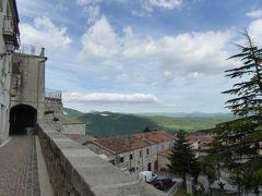 春の優雅なアブルッツォ州/モリーゼ州 古城と美しき村巡りの旅♪ Vol288(第10日) ☆Fornelli:美しき村「フォルネッリ」城壁の上を優雅に歩く♪