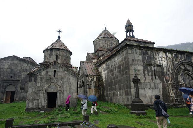 2017年のGWはコーカサス3国へ。中でもアルメニアが第一の目的でした。<br /><br />その7は、この旅で最も楽しみにしていた、アルメニアの世界遺産、ハフパトとサナヒンの修道院巡りです。ロリ地方、デベド渓谷の断崖上にある二つの修道院。10世紀の終わりごろ、父と子がそれぞれの修道院を競うように建てたそうです。世界遺産に登録されています。<br /><br />アルメニアは世界で初めて、キリスト教を国教とした国。そしてアルメニアといえば、ハチュカル。装飾的な十字架を彫った石で、墓石などとして使われています。すぐ南のペルシャやトルコ、東ローマ帝国やロシアなどから常に脅かされてきたアルメニア人にとって、ハチュカルが民族の精神的支えとなってきたと言われています。ハフパト修道院には、磔刑のキリストが彫られた、珍しいハチュカルがあり、これをぜひこの目でみたかったのです。<br /><br />・ジョージアからサダフロ国教を越えてアルメニア入国<br />・ハフパト修道院の複雑なコンプレックスとたくさんのハチュカル<br />・お昼は、これも世界遺産になっている、ラヴァシュと呼ばれるうすいパン、そしてBBQ<br />・デベド川のほとりのアラヴェルディ<br />・サナヒン修道院<br />・デベド渓谷の台地<br /><br />表紙写真は、たくさんの建物が複雑に組み合わされている、ハフパト修道院の様子。
