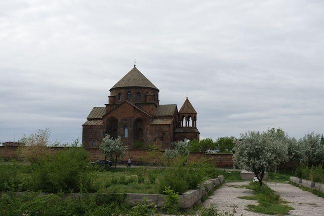 2017年のGWはコーカサス3国へ。中でもアルメニアが第一の目的でした。<br /><br />その9は、首都エレヴァンから西に20kmほど離れた、エチミアジン大聖堂とその周辺の教会へ。リプシメ教会やズヴァルトノツ古代遺跡とあわせて、世界遺産に指定されています。特に、「四アプス形式」と壁の深いニッチの様子、四角形の上にドームを載せるための工夫など、アルメニア教会建築の特徴をよく残した、618年創建の聖リプシメ教会が印象的でした。<br /><br />・ズヴァルトノツの古代遺跡<br />・聖リプシメ教会<br />・エチミアジン大聖堂<br />・エチミアジンの宝物庫<br /><br />表紙写真は、花に囲まれた聖リプシメ教会の遠景。
