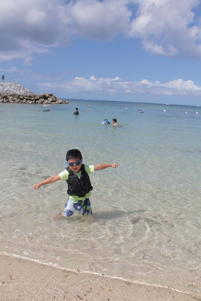 今年の夏休みはジナンクンが産まれてまだ1歳前ということと、微妙にマイルが切れること、<br />プールが大好きな長男がいるので、沖縄に早々決定。<br /><br />が、7月の終わりあたりからちらほらと特典航空券の空き状況を見ていましが、なかなか日程が決められず。<br /><br />1ヶ月が経ち8月の終わりごろ、やっとこさ9月の終わりに行こう~となり、<br />その時に空いていた特典航空券でいい感じに往復取れそうな5日間に決定。<br /><br />9/28 羽田発7:40の那覇行き<br />10/2 那覇発14:20の羽田行き<br /><br />行きは6時台の飛行機も空いていたけどさすがに早すぎる。。。<br />帰りの便がもう1、2本遅いよかったけどな~。<br /><br />と一番遅い飛行機を抑えて当日空きを見て変更する案もあったのだけど、<br />ジナンクンもいるので万が一空きがなかった場合遅い時間に帰るのは~とやめましたが。<br /><br />結局14時台の飛行機で正解。<br />羽田には17時ぐらいだし、ちょうどよかった!<br /><br />ホテルは友達ママや元旅行会社の友人から「子連れにはいいよ!!!」とおすすめされたルネッサンスリゾートオキナワに!<br /><br />ギリギリまでアリビラ日航と迷いましたが、ルネッサンスリゾートオキナワは子連れには本当良かったデス。<br /><br />9/28~9/30 前半<br />10/1~10/2 後半