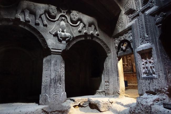 2017年のGWはコーカサス3国へ。中でもアルメニアが第一の目的でした。<br /><br />その10は、首都エレヴァンから東に30Kmほど離れたガルニ神殿と、ゲハルト洞窟修道院へ。<br />ガルニ神殿はアルメニアに残る唯一のヘレニズム時代の建築物(20世紀になって復元されたもの)。<br />アザト川の渓谷の奥にあるゲハルト修道院は4世紀に遡る古い修道院。標高1760mの地に建つ現在の修道院は、13世紀に建てられたもの。石を積み上げた通常の聖堂のほかに、岩山を上から掘り進んでつくった洞窟修道院があります。アザト川上流域の景観と合わせて世界遺産に指定されています。<br /><br />・ガルニ神殿<br />・ガルニ神殿の浴場とモザイク<br />・ゲハルト修道院へ<br />・下のガヴィットとゲハルト聖堂<br />・プロシアン家の廟とアストヴァシャシン聖堂<br />・泉が湧き出すアヴァザン聖堂<br /><br />表紙写真は、2頭のライオンと、牛をつかむ鷲のレリーフが印象的なプロシアン家の廟。右奥はアストヴァシャシン聖堂です。このあたりは岩山をくり抜いてつくられた洞窟修道院です。