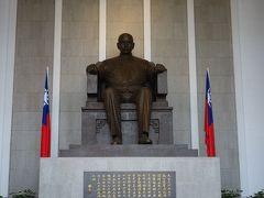 台北観光。第二の見学地は国父紀念館。孫文を讃えるところです。
