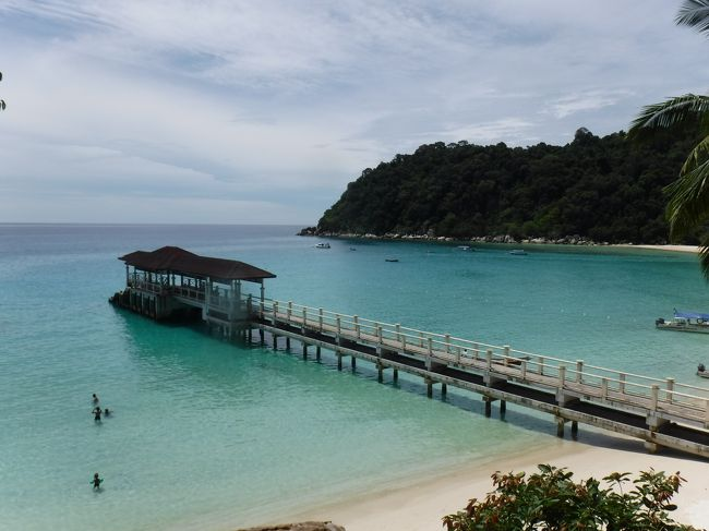 2年ぶりに特典航空券を使用しての弾丸旅。<br />クアラルンプール着、シンガポール発のチケットを取っていたので、その範囲で行けるビーチを調べ、良さそうだったプルフンティアン島へ行ってみることにしました。<br />初日はクアラルンプールからコタバルまで飛行機で移動。そこからタクシー+船でようやくプルフンティアン島に到着。さっそく海でシュノーケリング。<br />2日目はシュノーケリングツアーに参加。たくさんの魚、サメやウミガメも見ることが出来て大満足。午後からボートタクシーで隣のクチル島へ行き、散策。<br />海もきれいで、魚もたくさん見られて大満足でした。<br /><br />★5/25 羽田→クアラルンプール→コタバル→クアラブス→プルフンティアン島<br />★5/26 プルフンティアン島<br /> 5/27 プルフンティアン島→クアラブス→コタバル→クアラルンプール→シンガポール<br /> 5/28 シンガポール→成田