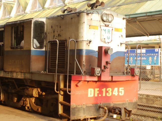 ミャンマー2度目の旅。<br /><br />今回の目的は、チャイティヨ。<br />ゴールデンロック。<br /><br />摩訶不思議な金の岩(*_*)仏の岩。<br />絶妙にそびえ立つ、キンキラキンの岩です。。。<br /><br /><br />前回のミャンマーの旅は、ヤンゴン-(鉄道)-バガン-(船)-マンダレー(飛行機)-インレー湖-(飛行機)-ヤンゴン<br />でした。<br /><br />それぞれの街に3泊ぐらいのゆったりした旅で、それぞれの街を楽しんだ。<br />ゆったりとした計画だったので、チャイティヨ、ゴールデンロックは、また次の機会にと、取っておいた。<br /><br /><br />今日は、リベンジ。<br /><br />ヤンゴンから、まず列車でチャイトー。<br />そして、バスでチャイティヨ、ゴールデンロックの街、キンプンに向かう。<br /><br />金粉(*_*<br /><br />です。<br /><br /><br />