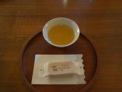 伝説のパイナップルケーキを求めて。スコールにもめげず。そう,台北一のパイナップルケーキです。