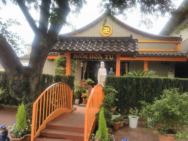 """ニッポンの中にも、外国情緒を感じさせる場所がたくさんあります。<br />外国風建造物や海外料理店など、全国にあるそういった場所をご紹介するシリーズです。<br />今回は、埼玉県にあるベトナム寺院「南和寺」をご紹介します。<br /><br /><br />★「ニッポンの中の外国めぐり」シリーズ<br /><br />ブラジリアンの街 """"大泉町""""(群馬)<br />http://4travel.jp/travelogue/10416288<br />ベトナム寺院 """"南和寺""""(埼玉)<br />http://4travel.jp/travelogue/11254669<br />イスラム教寺院 """"東京ジャーミィ""""(東京)<br />http://4travel.jp/travelogue/10417493<br />基地の街 """"福生市""""(東京)<br />http://4travel.jp/traveler/satorumo/album/10416859/<br />駐日アイスランド大使館 (東京)<br />http://4travel.jp/travelogue/10976613<br />JICA地球ひろばでネパール料理(東京)<br />http://4travel.jp/travelogue/10899446<br />JICA地球ひろばでペルー料理(東京)<br />http://4travel.jp/travelogue/11010934<br />JICA地球ひろばでニカラグア料理(東京)<br />http://4travel.jp/travelogue/11077063<br />JICA地球ひろばでスーダン料理&サモア料理(東京)<br />http://4travel.jp/travelogue/11120216<br />JICA地球ひろばでガーナ料理&ブラジル料理(東京)<br />http://4travel.jp/travelogue/11160685<br />日本のリトルヤンゴン・高田馬場(東京)<br />http://4travel.jp/travelogue/11007529<br />池袋と上野で格安スペイン料理&フランス料理(東京)<br />http://4travel.jp/travelogue/11091217<br />ヌーヴェル ケネディ 中目黒宇宙センター店(東京)<br />http://4travel.jp/travelogue/11054550<br />代々木公園 """"ブラジルフェスティバル""""(東京)<br />http://4travel.jp/travelogue/10506416<br />タンザニア大使館&ウガンダ大使館(東京)<br />http://4travel.jp/travelogue/11111942<br />ドナウ広場&ドナウ通り(東京)<br />http://4travel.jp/travelogue/11150691<br />モザンビーク大使館&東京検疫所(東京)<br />http://4travel.jp/travelogue/11168777<br />エチオピアカリーキッチン&エリトリア大使館(東京)<br />http://4travel.jp/travelogue/11208077<br />ブルガリア料理&クロアチア料理(東京)<br />http://4travel.jp/travelogue/11251176<br />上野と川崎でロシア料理&ペルー料理(東京&神奈川)<br />http://4travel.jp/travelogue/<br />基地の街 """"座間市""""(神奈川)<br />http://4travel.jp/traveler/satorumo/album/10727681<br />ブラジリアンの街 """"豊田市"""" (愛知)<br />http://4travel.jp/traveler/satorumo/album/10429583/"""