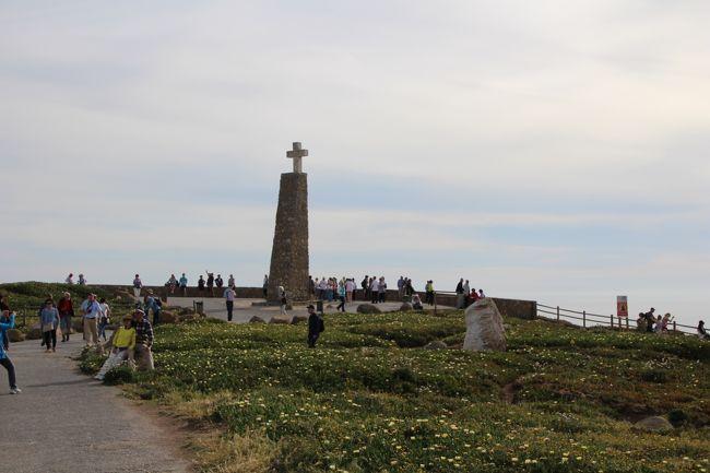 2017年のGWは、2017/4/29~5/7の9日間の日程で、ポルトガルに行って来ました。ポルトからリスボンへ、久々のドライブ旅行です。<br /> 5日目のPMは、オビドス(Obidos)からロカ岬に行く予定ですが、その前に翌日効率的に行動ができるようにシントラ駅を経由してリスボンカードを購入しておきます。購入後はすぐにロカ岬に行く予定だったのですが、西日のあたるロカ岬を眺めるにはまだ少し時間もあったので、ロカ岬へ行く途中にあるレガレイラ宮殿(Palácio da Regaleira)を観光(探検)しました。その後、ロカ岬に行き、本日の宿泊地であるミシュラン星付きレストランのある Fortaleza do Guincho に行きました。1日の移動距離は約280kmでした。<br /><br /><br /><旅程>(◆はこの旅行記)<br />◇4/29(土):<br />  NH215 羽田11:45発→パリ・シャルルドゴール空港17:10着<br />  CDG T1 → Direct3バス →Orly空港<br />  http://4travel.jp/travelogue/11244883<br />◇4/30(日):<br />  TP459 オルリー空港(ターミナルWest)7:00発→ポルト8:10着<br />  ポルトカード購入後、ホテルに荷物を預けて、ポルト市街へ<br />  終日観光後、空港でレンタカーをピックアップ<br />  http://4travel.jp/travelogue/11244883<br />◇5/1(月):約400km<br />  ポルト→(約230km)→サンティアゴ・デ・コンポステーラ観光<br />  →(約170km)→ヴィアナドカステロ<br />  http://4travel.jp/travelogue/11246659<br />  http://4travel.jp/travelogue/11247008<br />◇5/2(火):約300km<br />  ヴィアナドカステロ→(約80km)→ギマランイス観光<br />  →(約140km)→コスタ・ノヴァでランチ<br />  →(約80km)→コインブラ観光<br />  http://4travel.jp/travelogue/11247144 <br />  http://4travel.jp/travelogue/11247266<br />◆5/3(水):約280km<br />  コインブラ→(約90km)→バターリャ観光<br />  →(約60km)→オビドス観光<br />  →(約100km)→シントラでリスボンカード購入、レガレイラ宮殿観光<br />  →(約20km)→ロカ岬→(約10km)→カスカイス(ギンショ)<br />  http://4travel.jp/travelogue/11248624 <br />  http://4travel.jp/travelogue/11255602<br />◇5/4(木):約60km<br />  カスカイス(ギンショ)→(約20km)→シントラ観光<br />  →(約30km)→リスボン・ベレン地区観光<br />  →(約10km)→ホテル経由してレンタカー返却<br />  http://4travel.jp/travelogue/11259565<br />  http://4travel.jp/travelogue/11261058<br />◇5/5(金):<br />  リスボン終日観光<br />  http://4travel.jp/travelogue/11263439<br />◇5/6(土):<br />  TP436 リスポン6:40発→オルリー空港10:05着<br />  パリで買い物後、<br />  NH216 シャルルドゴール20:05発→羽田着14:55着(+1)<br />  http://4travel.jp/travelogue/11265629<br /><br /><br /><ホテル><br />4/29(土):<br /> メルキュール パリ オルリー アエロポール ホテル <br />  (Mercure Paris Orly Aéroport Hotel)<br /> Standard Room, 2 Single Beds 8763円(税込、朝食なし)<br />4/30(日):<br /> OPOHOTEL ポルト アエロポルト(OPOHOTEL Porto Aeroporto)<br /> ツイン 69.6ユーロ(税込、朝食なし7ユーロ、駐車場無料)<br />