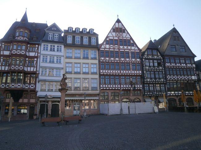 6月にお休みをいただいたので、JALのマイル特典航空券とカイロ発券の航空券を生かしてドイツとエジプトを一挙にめぐる旅に出かけました。<br /><br />「古城が見守るドイツ最古の大学街」と言われるハイデルベルクを散策した後、翌日はフランクフルトからルフトハンザドイツ航空に乗ってエジプトのカイロへ飛びます。<br />その前に時間がありましたので、せっかくなので早朝のフランクフルト市内を散策してみることにしました。<br />やはり、行くならレーマー広場かなと思い、市電に乗って出かけました。<br /><br />フランクフルトの空港にてルフトハンザドイツ航空のチェックインカウンターで搭乗手続きをするのですが、ちょっとややっこしいことが(^_^;)。<br />ルートが複雑だったせいかGHさんも手間取ったようでした(^_^;)。<br />何とか飛行機には間に合い、一路カイロへ飛びます。<br /><br />ドイツの方々に助けられて素晴らしい風景にうっとりしながら楽しんだ散策。<br />ドイツにハマってしまいました。<br /><br /><br />それでは旅行記をご覧下さい(-人-)。<br /><br /><br /><br />【旅行行程】<br /><br />・旅行日1日目(6月13日(火))<br />東京成田21:20発EK319便→<br /><br />・旅行日2日目(6月14日(水))<br />→ドバイ着3:00(乗り継ぎ)EK45便8:25発→フランクフルト着13:15<br /><br />ドイツ国鉄にて、フランクフルト空港発14:52ICE519→マンハイム着15:23(乗り換え)15:30発S3→ハイデルブルク着15:44<br />≪ハイデルブルク観光≫<br />滞在先:Hotel Central +49-6221-653-8812<br /><br />・旅行日3日目(6月15日(木))<br />ハイデルブルク6:08発S2→マンハイム着6:25(乗り換え)6:32発ICE874→フランクフルト着7:08<br />≪フランクフルト観光≫<br />フランクフルト8:32発S9→フランクフルト空港着8:42<br /><br />フランクフルト10:10発LH582便→カイロ着14:10<br />≪カイロ市内観光≫<br />カイロ21:00発TK695便→<br /><br />・旅行日4日目(6月16日(金))<br />→イスタンブール着0:20(乗り継ぎ)1:20発TK90便→ソウル仁川着16:55(乗り継ぎ)18:35発KE705便→東京成田着20:55<br /><br /><br />【旅行費用】<br />・航空券<br />行き:東京成田→ドバイ→フランクフルト…JALマイル特典にて手配、100,000マイル(東京→ドバイ→フランクフルト//カイロ→ドバイ→ソウル仁川の行き部分を使用)<br /><br />途中:フランクフルト→カイロ…ルフトハンザドイツ航空HPより購入、全て込みで402ユーロ、片道航空券よりも往復航空券の方が安いので片道使用し、もう片道は使用せず(ルフトハンザドイツ航空にも確認電話済み)<br /><br />帰り:カイロ→イスタンブール→ソウル仁川→東京成田…ena(イーナ)トラベルにて手配、込々で193,590円(カイロ→イスタンブール→ソウル仁川→東京//東京→ドーハ→カイロ ※カイロ→東京間はカタール航空にて代替え手配)<br /><br />・宿泊先<br />ホテルセントラル…Booking.comにて手配、シングル部屋69ユーロ<br /><br />・鉄道チケット(DB(ドイツの鉄道)のHPより手配)<br />フランクフルト空港→ハイデルベルク…指定席特急料金込(変更可能)、30ユーロ<br />ハイデルベルク→フランクフルト→フランクフルト空港…指定席特急料金込(変更不可能)、23.50ユーロ<br /><br />・カイロ市内観光旅行会社<br />ナギーサファリhttp://www.enjoy-egypt.net/<br />「ギザのピラミットと古い街並み漂うカイロ散策ツアー」…281USドル(日本語ガイド、ビザ、チップ、入国出国アシスト付き)<br /><br /><br />※この旅行記は朝にフランクフルトに到着したところから書いています。写真はレーマー広場にある建物です。特徴ある建物を見ていて面白かったです。