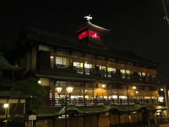 四国ツアー2日目の夜は愛媛県の道後温泉に泊まりました。ホテルは「茶玻瑠(ちゃはる)」。このホテルがとても良かったです。<br /><br />夕食後、温泉街を散歩しました。<br />有名な道後温泉本館は東西南北どこから見ても違う顔を見せる、とても複雑な造りでした。まるで「千と千尋の神隠し」に出て来る「油屋」のよう。とても魅力的な建物でした。ツアーがうたう8つの絶景の中には入っていないのですが、私としては道後温泉本館を絶景の一つに入れたいぐらいです。<br /><br />ちょうど午後9時、たまたま通りがかって、商店街入口に建つ「坊っちゃんカラクリ時計」のパフォーマンスを見ることができました。ラッキーでした。<br /><br />お風呂はホテルの温泉風呂を楽しみました。露天風呂は岩風呂と薔薇風呂があり、すいていてゆっくりできたのでそれで満足し、道後温泉本館のお風呂には入りませんでした。ツアーで本館の入浴券をもらっていたのですけどね。<br /><br />では、とても楽しかった道後温泉の思い出、ご覧ください。<br /><br /><br />~*~*~*~*~*~*~*~*~*~*~*~*~*~*~<br /><br /><br />このツアーが巡る絶景8ヶ所は次のとおり。<br /><br />絶景1 大歩危<br />絶景2 祖谷(いや)のかずら橋<br />絶景3 桂浜<br />絶景4 足摺岬<br />絶景5 四万十川<br />絶景6 金刀比羅宮<br />絶景7 善通寺<br />絶景8 鳴門の渦潮<br /><br />8つの絶景のうち、7つまでは見られました。<br />見られなかった一つは何か?<br />最後まで読んでいただくとわかります。<br /><br /><br /><br />旅行のスケジュール ★印は本旅行記で取り上げた場所<br /><br />6月18日(日)  羽田空港午前7時45発のJAL475便で高松空港へ<br />         大歩危峡<br />         祖谷のかずら橋<br />         桂浜<br />         高知城<br />         高知市内の「龍馬の宿 南水」泊<br /><br />6月19日(月)  足摺岬<br />         金剛福寺<br />         四万十川遊覧 屋形船で幕の内弁当の昼食<br />        ★道後温泉「茶玻瑠(ちゃはる)」泊<br /><br />6月20日(火)  金刀比羅宮<br />         善通寺 四国八十八ヶ所霊場お砂踏み<br />         鳴門公園 うずしお鑑賞<br />         徳島空港19時55発JAL464便で羽田空港へ