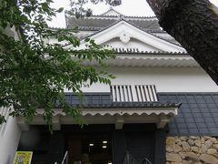 2017初夏、日本百名城の岡崎城(2/6):6月21日(2):船着場跡から、赤い橋を渡って岡崎城址へ、天守閣