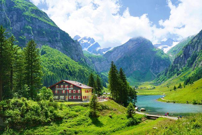 今年のスイスの旅のきっかけとなった美しい景色は、アッペンツェルにあるエーベンアルプ山を下ったところにある『ゼーアルプ湖』の湖畔のものでした。<br /><br />この景色が見たいで始まった旅。調べてみると、アッペンツェル鉄道でヴァッサーラウエン駅(Wasserrauen)まで行き、そこからロープウェイでエーベンアルプ山頂まで上がれることがわかりました。<br /><br />山頂からは、2時間ほどかけ自力で山を下ります。途中にある、世界的に有名な崖っぷちに立つレストラン『ガストハウス・エッシャー(Berggasthaus Aescher-Wildkirchli)に立ち寄るのも楽しみでした。<br /><br />いよいよスイスの旅が始まり、この日を迎えました。アッペンツェルの観光案内所で、このルートは山歩きに慣れた人向けだと知らされました。浮かれた気持ちではなく慎重に山歩きをすることを決め、その景色に会いに行くことになりました。