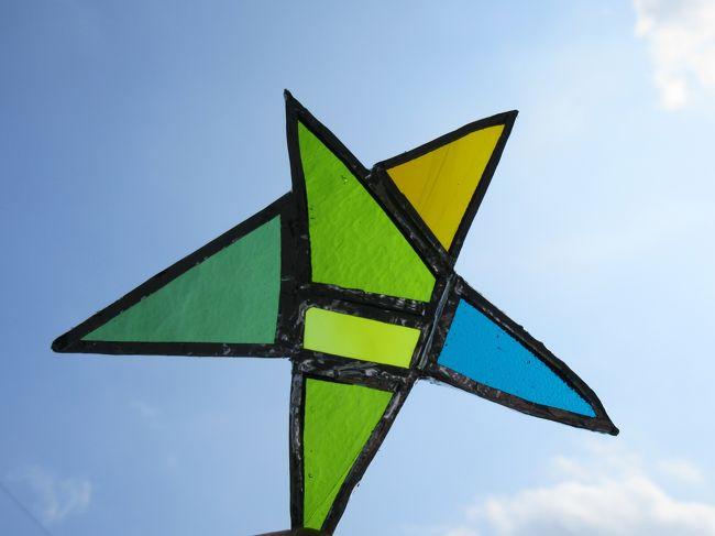 七夕前夜祭 という事でステンドグラスのお星様を作ってきました<br /><br /><br />願わくば この星を目にした方の 願いが 叶いますように(^ω^)<br /><br /><br />じゃ○○からポイントのお知らせ~が届いて 見てみると<br />地球屋榛名グラスでステンドグラス作り体験が出来る!<br />地球屋...ついこの間行ったな.....もうちょっと早く お知らせ~ってしてくれれば良かったのに~<br />と 思いつつも 即 予約です♪<br /><br />どうやって作るのかも知らず 飛び込んだのですが<br />なかなか奥が深い<br />予約した時 榛名グラスさんから 時間がかかるかもだけど 予定は大丈夫?的なメールを頂いたのですが<br />確かに!パーツがちょっと増えただけで バーンと時間がかかるんですね<br />6ピースだけなのに 結局お昼休憩はさんで10時半~14時半 実質3時間以上かかりました<br />(ホントは5ピースまで...家で数えたら6ピースでしたね。すみません)<br /><br />これからはステンドグラスを見た時 感慨が違うと思います<br />よく こんな細かい事を!どれだけ時間がかかったんだろう!! <br />みたいにね(^^)<br /><br />良い経験になりました