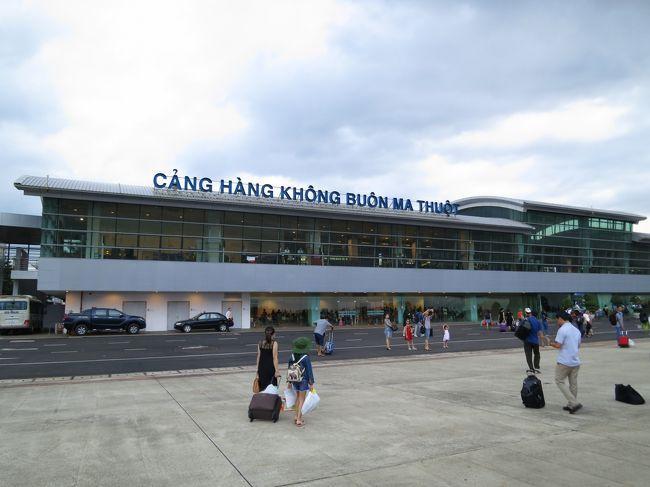 2017年7月7日(金)9年ぶりにベトナムへ♪<br />知人の結婚式に参列させてもらう為、ハノイ経由でバンメトートへ!(^^)!<br /><br />06:20 吉祥寺発のリムジンで羽田空港まで♪<br />※吉祥寺までタクシーで移動するのになかなかタクシーがつかまらず(*_*)6時のバスに間に合わなかった。<br /><br />08:55 羽田発<br />12:25  ハノイ着<br />※時差2時間あります。<br />日本が8時だとベトナムは6時です☆<br /><br />15:20 ハノイ発 <br />17:10 バンメトート着<br /><br />バンメトート空港からサイゴン バンメ ホテルまでタクシーで12万ドン(日本円にして約600円)<br /><br />ハノイ国際空港に到着し、事前情報として荷物が出てくるのが遅いと聞いていたのですが、ラッキーな事にすぐ荷物をピックアップする事が出来ました。ピックアップ後すぐにSIMを購入♪<br />ショップに行くと滞在日数を聞いてくれて最低なSIMを提供してくれます。<br />値段は旅行記内にフォトでアップさせて頂きます。<br /><br /><br />ハノイは国際線から国内線に乗り換える時、バスで移動しました。<br />意外と混雑しています。時間に余裕がない方は急がれた方がベターです。<br />私達は約2時間半ぐらいありましたが、なんやかんか色々見たりしていたらあっという間に2時間経過しちゃいました。<br /><br />※偶然にも羽田国際空港にて知人が隣のゲートから5分違いで出国!!!出国する前に少しでしたが会う事が出来て嬉しかった(*^_^*)<br /><br />