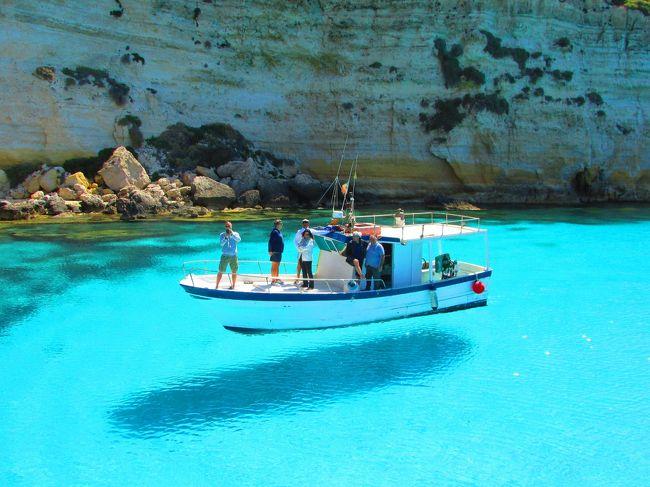 フライングボート(海の透明度が高いためボートの影が水底にでき、まるでボートが空を飛んでいるかのようなボート・光景)を見たくランペドゥーサ島にやってきました。シーズンが始まったばかりで他のボートがあるか心配でしたが、何とか一艘発見。そしてこれが噂のフライングボートです。<br />ランペンドゥーサ島は海もきれいで、ご飯もおいしいく、人も優しくて最高です。<br />