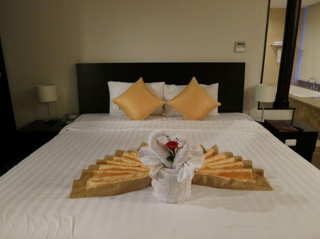 2017年7月7日(木)Viet Nam ベトナム Buon Ma Thuot バンメトート <br />無事、ホテルに到着♪<br /><br />サイゴンバンメホテル♪<br />予約するのが遅れジュニアスイートを用意してもらう事に。<br />1泊110$ 3泊したので330$でした。<br />部屋はとても広く、リビングと寝室が別れています。<br />お手洗いと洗面台が2つあり、とても便利でした。<br />※ただ、バスタブにお湯を貼ったら、シャワーからお湯が出なくなり、少し困りました。翌日からシャワーのみにシフトチェンジ♪<br />お水とフルーツは毎日追加してくれるのでとてもありがたかったです。<br /><br />フロントは少し暗い感じがしました。<br />受付けの方々は親切です。<br /><br />