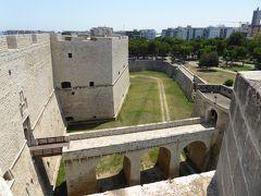 プーリア州優雅な夏バカンス♪ Vol31(第3日) ☆Barletta:美しき「バルレッタ城」屋上から周囲のお堀を眺めて♪
