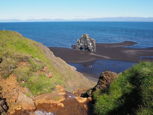 2015年以来2度目の訪問となったアイスランド。今回は西フィヨルド地区を中心とした北部をメインに大いなるネイチャーを求める旅になるはずとアークレイリであったが…<br />計画はイーサフィヨルドゥル(Isafjordur)到着後レンタカーにてディンヤンディ(Dynjandy)の滝、アイスランド最西端の岬ラトラビャルグ(latrabjarg)などを観光しながら一気に未舗装道路を含む200km移動。翌日も同様に500km以上を走破するというもの。その後Varmahlidでの1泊を挟みアークレイリを拠点としてアスキャ(Askja)やミーバトン(Myvatn)などのポイントを車やツアーで4日間観光するという内容。<br />まずは最初のハイライト、航空機でのIsafjordurアプローチ(山肌に沿った急旋回で絶景の中着陸する)に想いを馳せながら早朝のレイキャビク空港に移動。しか~し、予定は冒頭から崩れさっていく。<br /><br />アイスランドが世界最高のもの、<br />治安<br />人口密度の低さ<br />インターネット普及率<br />治安に関しては2位という説もあるが、実際に訪れると安心感はずば抜けて高く感じる。人が少ないというのもあるが、犯罪が起こりそうな気配があまりない。2度訪問したが「これがパトカー」というのものを見たことがない。いや、多分パトカーだろう、というものは見た。警察官は見ていない。羊や野鳥に襲われそうになったことはある。<br />漁業従事者が多く、日本より平均所得は多いらしい。主にタラ漁が盛んらしいが最近は日本向けにマグロを空輸している。<br />ちょっと前には金融破綻したこともあるが最近はうまくやっている。先進国の中では珍しい非武装国家。オリンピックではハンドボールで銀メダルを1度だけ獲得。2016年のユーロではサッカー代表が旋風を巻き起こした。<br />消費税は35%と高いが、それ以上に物価は高く感じる。ひと声日本の2倍以上、欧州諸国と比べても1.5倍というところ。<br />有り余る地熱を利用して発電や農業に活用。温水プールは全国で170ヶ所。穀物以外は結構地産地消している、とか。<br />ネイチャーが売りの観光施設もいたるところにある、というより国土自体が自然の観光施設。財政が厳しく観光施設にカネをかけられないところが、よりネイチャーを際立たせる。商売っ気がないから観光地に売店や露店もない。同じ理由で道路も整備できないところがまたウリとなる。<br />こんなアイスランドであるが歴史を紐解けば様々な苦労が垣間見える。ノルウェー、デンマークの属国から独立するもの米国に実質軍事支配され、冷戦後は米国から見捨てられ、なりたくてなったわけではなく非武装国家となり、挙げ句の果てに金融破綻。道路を舗装できないのにも納得。旅行者が高いカネを払うのも国家の救済と自然保護のため、と割り切る。<br />地方に行けば人より羊をよく見る、コンビニも無く、夏場は夜が無く、冬場は昼がほぼ無い、しかしネイチャーがある、これで十分。アイスランドには訪れる価値がある!<br /><br />