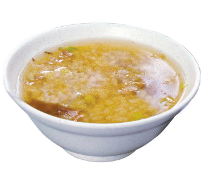 生米から炊いた肉粥は、ほろほろと柔らかいお米の食感が楽しめます。お碗の中の肉羹(肉つみれ)はしっかりとした食感で、ほのかに甘みのあるスープはエシャロットの香りが漂います。シンプルな昔ながらの味わいです。