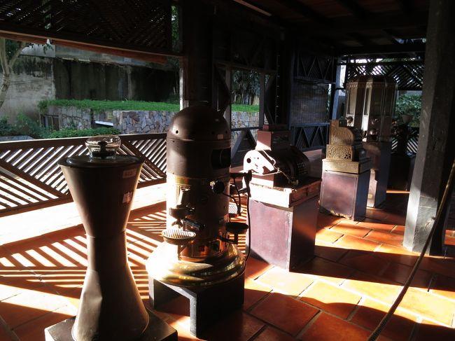 2017年7月8日(土)Viet Nam ベトナム Buon Ma Thuot バンメトート <br /><br />珈琲にまつわる品々を展示されているエリアへ☆<br />各国の珈琲メーカーなどが展示されていました。<br />大きな珈琲メーカーなど。<br /><br />ジャコウネコの珈琲をアイスで頂きましたが、高級過ぎて・・・<br />香りはきっとジャコウなんでしょうが・・・<br />そもそも、ジャコウの香りを知らなかったので・・・<br />勉強不足でした。<br />普通の珈琲もオーダーすれば良かったと後悔。<br /><br />御土産屋さんには色々な種類の珈琲豆が用意されていました。<br />はちみつも有名なのでしょうね。色々ありました。<br /><br />