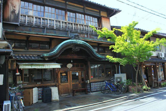旅行サイトの直前割で、京町家をリノベーションした部屋に宿泊してみました~<br />建物の一階は、バーで、2階でお泊りです。<br />紫野なら大徳寺か今宮神社だな...<br />おや 船岡温泉街って...<br />大岩に囲まれた唐破風造の建物とビビットな色彩のマジョリカタイルと見事な欄間のある銭湯・船岡温泉<br />銭湯は何十年ぶりかしら~<br />銭湯を出て、地元の人が集うカドヤさんで風呂上りのビールを~<br />京都らしくない雰囲気を楽しみましたよ♪
