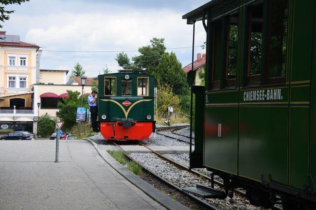 昨年のドレスデンひとり旅に味をしめて、同じドイツ語圏なら何とかなるかなあと、オーストリアを鉄道で横断しました。旅行中に55歳となり、年相応、自分流を模索する旅となりました。<br />【1日目】デュッセルドルフ経由でミュンヘンへ <br />まずはミュンヘンからスタート。今回は航空券の手配が遅くなってしまい往復デュッセルドルフ経由となりました。空港からミュンヘン中央駅まではエアポートバスを利用し、バス乗り場の目の前にあるホテルNHミュンヘンドイチャーカイザーに3連泊しました。<br />【2日目】在来線で日帰りキームゼー観光<br />キームゼー鉄道とキームゼー湖の遊覧船 キームゼーに浮かぶフラウエンインゼル島を散策<br />かわいい機関車が駅から湖畔までつなぐキームゼー、ノイシュバンシュタイン城で有名なルードヴィヒⅡの建てたお城で有名ですが、お城は見学せず、隣の小さな島でゆったりと一日すごしました。<br />【3日目】在来線で日帰りシュタルンベルク湖観光<br />シュタルンベルク湖の遊覧船 湖の奥の集落ゼーハウプトを散策<br />もう1日はミュンヘンから鉄道で僅か30分のところにあるシュテルンベルク湖ですごしました。ゆったりと夏季休暇を過ごす地元の人たちに交じって湖畔を散策し、すてきなホテルで魚料理を味わいました。<br /><br /><br /><br />