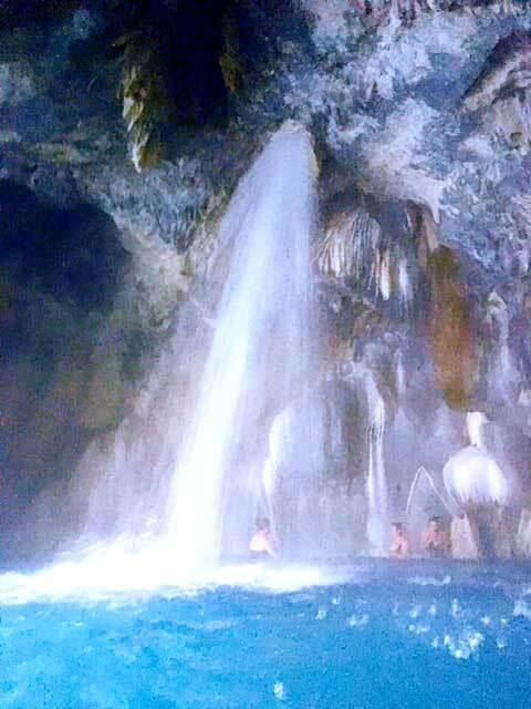 今回の視察は、新企画となるトゥーラ遺跡に、洞窟温泉のトラントンゴへと行きます。日記の順番が逆になってしまうのですが、トラントンゴ洞窟温泉があまりにすごかったので、日程は前後しますが、こっちから仕上げてアップしていきます(^^;<br /><br />というわけで、いきなり店長日記からはじまりはじまり。。。(笑)<br /><br />さて、トゥーラ遺跡から2時間30分(メキシコシティからは4時間)<br /><br />次なる目的地である、トラントンゴ洞窟温泉へと向かう。<br /><br />トラントンゴとは、トランス-メキシコ火山帯に位置するMezqutal谷に連なり、ユネスコの世界自然遺産に指定されているMetztitlan峡谷の湖を源流とするトラントンゴ洞窟にある源泉から沸く温泉で、メキシコでは古代より大切に守られてきた有名なパワースポットだ。<br /><br />古代アステカのナワトル語では、TONALTONKOと書き、「暖かな母なる大地」を意味する。この語源からも分かるように、当時からここトラントンゴは、湯治の聖地であったことが分かる。<br /><br />因みに、雑談だが、ここトラントンゴがメキシコで有名になったのは1970年の旅情報誌に紹介されたことがきっかけだそうだ。その雑誌に、TONALTONKOと書かねばならないところを、間違ってTOLANTONGOと書かれてしまった為に、間違った名称が広まってしまい、やむを得ず、こちらを正式名称に変えたという逸話が残っている。。。<br /><br />一体、それでいいのかメキシコ!というストーリーだ(笑)<br /><br />くねくねと曲がりくねるワインディングを延々と走ると、突然、その入口が現れる。トラントンゴ洞窟温泉方面と、パライソ・ホテル方面と分かれるが、基本的には、入口は違っても、中でつながっていて、両方の施設を自由に利用が出来るので、どちらに行っても、園内を徒歩で移動は可能だ。<br /><br />ただし、徒歩で各施設を移動するには険しい山道をひたすら20分近く歩かないといけないので、目的がはっきりしているなら、目的地方面の入口へと進んだ方が賢明だ。<br /><br />ボク的には、人工的な段々畑のプールが並ぶパライソホテルの方は、おそらく整備がされているという意味で、メキシコ人の家族や観光客に人気があり、また、今は夏休みの為、あまりの人の多さに辟易してしまったので、こうしたバケーションシーズン以外の時期ならおすすめとしておきたい。<br /><br />因みに、パライソ・ホテルのエリアは、単なる町のウォーターパークスタイルの温泉みたいなものなので、大自然に触れることに意味を感じるボクのようなタイプは正直あまり興味がない。<br /><br />ここトラントンゴ洞窟温泉は、日本のテレビでも紹介されたりしていて、ボクも見たことがあるのだが、何故か、こっちのパライソ・ホテルの方ばかり紹介して、実際にこのトラントンゴの名称がつけられた大自然に沸く源泉の紹介はさらっとしたものだけだった。。。絵的に難しかったのかもしれないが、コーディネートした会社の知識不足と、紹介の仕方が悪かったとしか思えない。勿体ないという事だ。<br /><br />そんなボクも最初は、テレビの情報につられてこっちのパライソに入ってしまった。おりしも、今は夏休み、、、大挙して訪れるメキシコ人観光客が芋の子洗い状態で、温泉プールに浸かっている。。。そこからの渓谷を眺める景色は壮大で美しいのだが、とにかく、人工的に開発されたチープなテーマパーク感が否めず、テンションが下がってしまった。<br /><br />しかも、開発の波は確実に続いていてどんどん人工プールは拡大している。。。まだまだ、メキシコは自然保護という意識は希薄なようだ。<br /><br />気を取り直して、より自然が保護されているというトラントンゴ洞窟温泉へと歩を進める。<br /><br />山間に恣意的に建設が続けられたのだろう、、、全く効率的な作りになっていない。付け足し付け足しで、施設が大きく拡大していったからなのか、道路も標識も、初めてだと確実に迷う迷宮のようだ。なので、ここにもし日帰りで行って来ようとするならば、ちゃんとした案内人がいないと勿体ない思いをすることになる。<br /><br />実際、トラントンゴを紹介するブログはどれも、パライソホテルで感動した!みたいな話で終わっている。結局初めての日帰りでは、深遠なトラントンゴの神秘に触れることは難しいのだと実感させられる。<br /><br />相変わらず人でごった返す山道を進む。キャンプのテントが所狭しと並んでいる。はー、何でこんなに人が多いんだ?!と辟易し