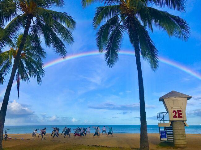 ハワイ4島クルーズを終えて、ワイキキに4泊滞在した。<br />10年ぶり10回目のワイキキは、新しいビルやショップができて、大きく様変わりしているのに驚いたが、大好きなカピオラニパークで過ごす時間は、あ~ハワイに来たんだなぁ、と実感できて良い時間を過ごすことができた。<br /><br />たまたま年に1度のウクレレ・フェスティバルには世界各国から参加者が参加し、屋台も立ち並び、カピオラニパークはたくさんの人たちで賑わっていた。日本からの参加チームは演奏も歌もフラダンスもレベルが高く、多くの拍手で賞賛され、同じ日本人として誇らしい気分だった。<br /><br />お気に入りのイタリアン・レストラン「アランチーノ」は、10年前と違ってすっかり日本人にも有名になっており、マリオットホテル店は朝も昼も日本人だらけ。いつ食べても、ここのトマトスープは絶品。<br /><br />お気に入りのワイキキ・ビーチ・ホテル2F「TIKI&#39;S」はランチタイムに久しぶりに訪れてみたが、メニューがiPadになっているのは、時代の流れを感じさせた。ここから海を見ながら生ビールを飲むのは至福の瞬間だ。<br /><br />インターナショナル・マーケット・プレイスが、あのカオスな雰囲気がなくなり、商業主義的ショッピングビルに様変わりしていたのは残念だったが、二階のレストラン街はどこもお洒落で味もよく、これは楽しみな空間となった。<br /><br />ポリス・ボックス前のレンタル・ショップでサーフボードを借りて、2時間ほど乗ってみた。私のようなナンチャッテサーファーにはちょうど良い波がくり返しやって来るので、十分楽しめた。<br /><br />ホテルはあまり費用をかけたくなかったので、運河に近いワイキキ・サンド・ヴィラに4泊。運河沿いのウォーキング、海沿いにニユーオータニ・カイマナビーチまでの散歩、ホノルル・ズーの周りをのんびり歩く。早朝の時間を過ごすには絶好のロケーションだ。<br /><br />また、喫煙者に厳しい時代に、ワイキキで喫煙室があるのは、こことイリマ・ホテルだけとなってしまった。喫煙可能階にありがちな廊下に漂うタバコの匂いもなく、部屋も窓を開けると風通しが良いので、全く匂いは気にならなかった。<br /><br />部屋は狭いが、角部屋だったので、窓からの景色もよく広く感じられた。シャワーの圧が弱いが、エコで表彰されているので、いろいろな面で省力化を図っているためだろう。ウォシュレットがあるのは、日本人にはありがたいと思う。プールもまあまあ大きく、ジャグジーは温泉のように暖かいので、海から帰って浸かるのが気持ち良かった。朝食のブッフェは品揃えが少ないが、値段からするとご飯と味噌汁があるだけでも十分だ。<br /><br />エア・アジアが関西空港就航記念でフラットシートを安くで売り出したので乗ってみた。180度まではフラットにならないので、足が少し下がってしまうので、バッグを置いて足を乗せていた。アルコールは有料なので、普通のビジネスクラスのように、やたらCAをよんでオーダーする人もなく、食事も弁当レベルなので、どうしても食べたいような内容でもないので食べる人も少なく、エコノミーは水も含めて有料なので、カートがウロウロすることもなく、映画もタブレットで有料なので見る人もない。ということで、機内は非常に静かで、暗いのでよく眠れるというのは、最大の利点だと思う。<br /><br />