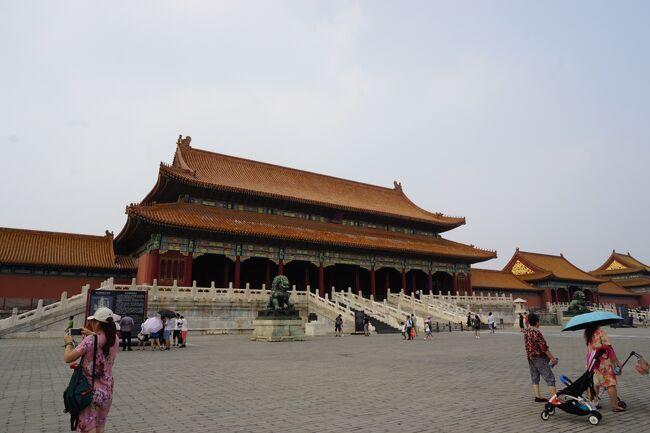 北京観光後半は暑さとの闘い。<br /><br />覚悟はしていたけど、やっぱりちょっと熱中症の症状が出てしまったので大事を取って景山公園頂上からの眺めを諦めて早々に空港へ戻ったことが功を奏し、悪天候による欠航で空港泊を余儀なくされた割には他の人に比べて多少は快適な空間を確保することが出来ました。<br /><br />大混乱の割には対処が早く、対応も割と良かった海南航空。<br />日中ドロドロに汗をかいたのにホテルでシャワーを浴びられなかったのは残念だったけど、それも過ぎてしまえば思い出話。<br /><br />それにしても「雷暴」の凄さと言ったら。<br />日本のゲリラ豪雨を超えていました。<br />