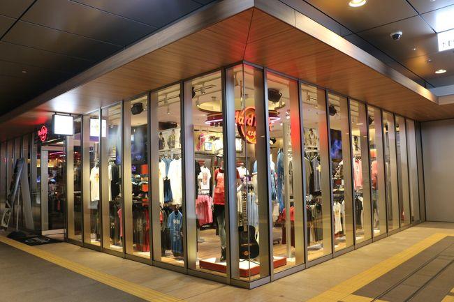 ホークスタウンに在ったハードロックカフェ福岡店が2000年4月26日から2016年3月31日の営業に幕を閉じ、<br />2016年4月27日にJRJP博多ビル2Fに移転しました。<br /><br />日本に住んでるのにやっと行く事が出来ました!!<br />私事ですが…記念すべきハードロックカフェ100店舗目となりました。<br />メッセージ入りのデザートで祝って頂きました!<br /><br />場所は博多駅(博多口方面)のKITTE・マルイ方面に行き(筑紫出口ではありません)マルイ横のJRJP博多ビル2Fにあります。<br /><br />外観のインパクトは前の店舗からすると残念…テナントだから仕方ないです…<br />店内はモダンな感じで席数は前の店舗に比べればかなりこじんまりしてます。<br />BARはコの字のアイランドBARでフレアは不可能??<br /><br />飾られてるアーチストのグッズは少し少なめのような感じです。<br />店内奥のハードロックカフェのロゴのある席はステージになり週2回LIVEが開催されてるようです。<br />イベントの詳細はお店に問い合わせるか、福岡店のFacebook等で告知されてます。<br /><br />個室的なフロアもあります。当初喫煙席を計画してたそうなのですが変更したそうです。なので飾られてる写真は喫煙に関する品です。<br />店内禁煙。喫煙ブースとトイレは店内に無く店外です。<br /><br />スタッフさんはフレンドリーで好印象でした。<br /><br />ランチタイムは混雑してましたが、ランチ終了時から夕刻は空いてるので狙い目?<br /><br />ロックショップで販売してる福岡限定のTシャツ攻めてまよ!!<br />過去にはソフトバンクホークスとのコラボTシャツを販売したり、2017年8月現在は「にわか面」コラボTシャツが販売されてます。 <br /><br />この店限定メニューのローカルレジェンダリーバーガーはなんとラーメンバーガー!見た目も味もインパクト大!お勧めします。<br /><br />営業時間は11:00~24:00 (Last Order 23:00)<br />ロックショップは10:00~24:00<br /><br /><br /><br /><br /><br /><br />